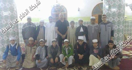عضو الحرس الثوري والملحق الثقافي أمير الموسوي بين ابناء الجزائر لتجنيدهم ليكونوا جنود للمشروع الإيراني
