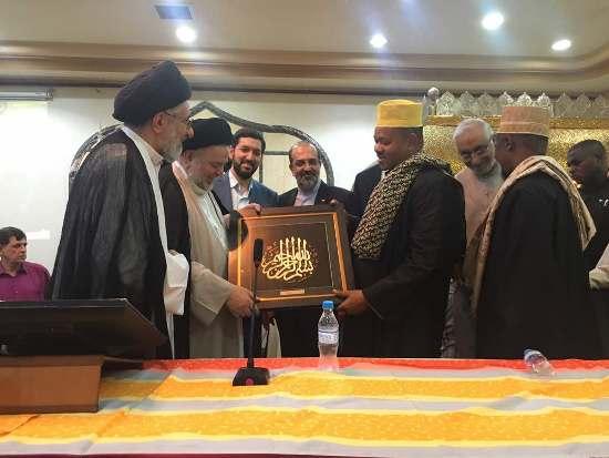 شاهد محافظ دار السلام ومفتيها يتبادلان الهدايا مع المعمم الإيراني الذي يزور تنزانيا