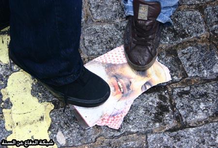 الرافضة يقيمون المظاهرات أمام السفارة