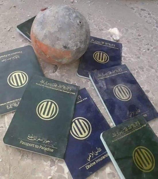 المحتجون العراقيون بعد اقتحامهم القنصلية الإيرانية بالبصرة يجدون ( جوازات سفر للجنة ) !!